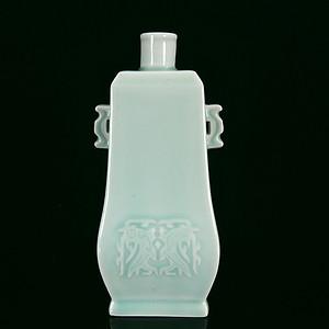 清代豆青饕餮暗刻双耳方瓶