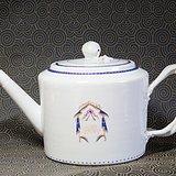清代乾隆福寿长青白釉徽章瓷大茶壶